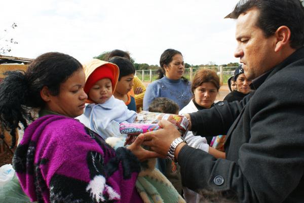 Fotógrafo Hédio Fazan entregando alimentos doados pela comunidade - Crédito: Foto: Hédio Fazan/PROGRESSO