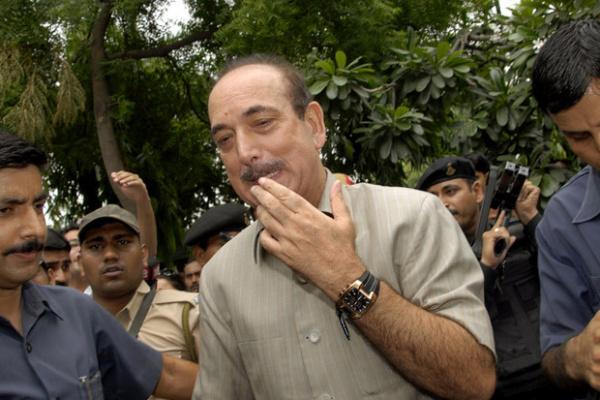 O ministro da Saúde da Índia, Ghulam Nabi Azad, deixa sua casa nesta terça-feira - Crédito: Foto: AP