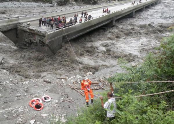 Bombeiros resgatam pessoas presas em ponte nesta segunda-feira - Crédito: Foto: Reuters