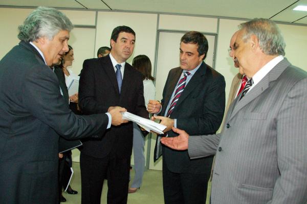 Delcídio, Jerson e Ridel entregam as propostas para ministro José Eduardo - Crédito: Foto: Divulgação
