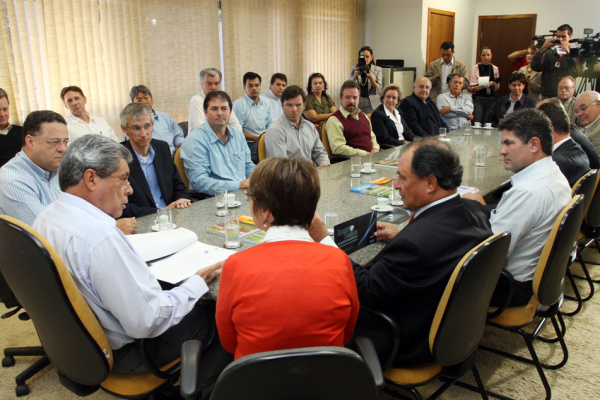André Puccinelli ontem durante assinatura de convênio com a Fundação MS - Crédito: Foto: Rachid Waqued