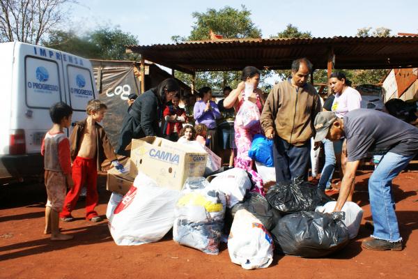 Fotógrafo Hédio Fazan entrega donativos para as crianças carentes - Crédito: Foto: Valéria Araújo/PROGRESSO