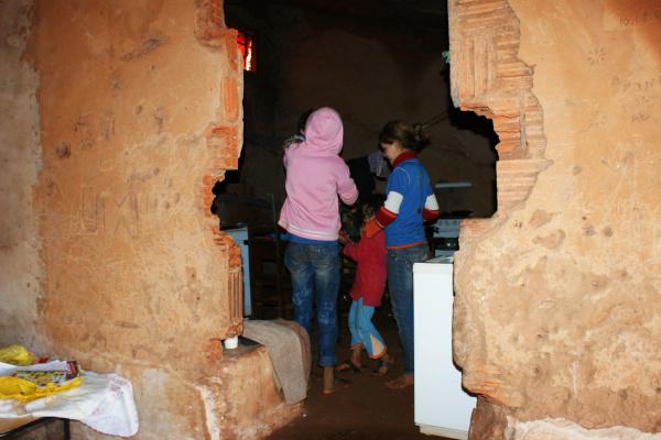 Crianças se protegem do frio em prédio abandonada e deteriorado no Jardim Márcia - Crédito: Foto: Hédio Fazan/PROGRESSO
