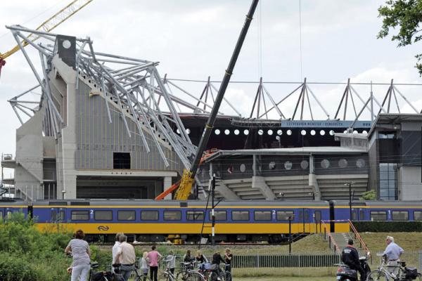 Teto de estádio desaba na Holanda - Crédito: Foto : AP