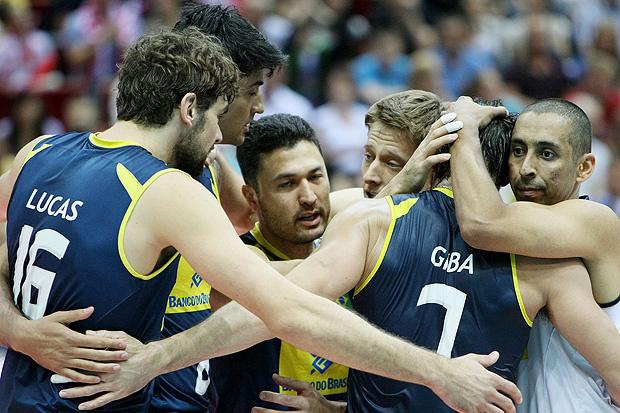 Jogadores se abraçam após reação: vitória de virada por 3 sets a 1 - Crédito: Foto: divulgação / FIVB