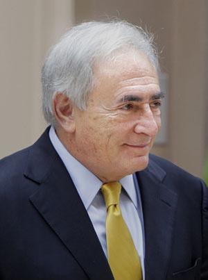 Strauss-Kahn ao deixar sua casa alugada em Nova York, na quarta - Crédito: Foto: Seth Wenig/AP