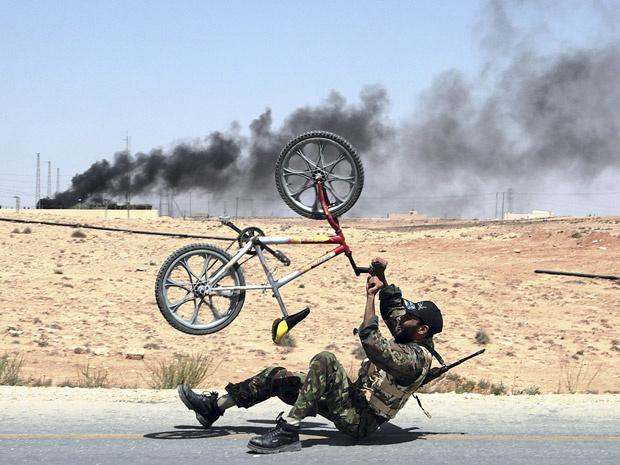 Rebelde celebra a tomada da cidade líbia de al-Qawalish nesta quarta-feira - Crédito: Foto: AP