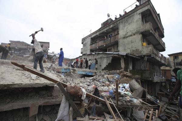 Profissionais de resgate procuram por vítimas nesta quinta - Crédito: Foto: Sunday Alamba/AP
