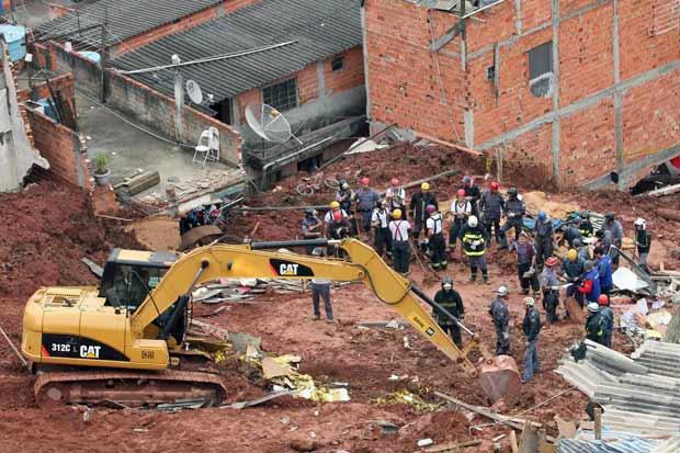 Equipes de busca tentam localizar vítimas de deslizamento na Zona Sul de SP - Crédito: Foto: Epitácio Pessoa/ AE