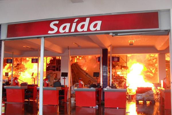 Grande parte das mercadorias era inflamável, o que facilitou que o fogo se alastrasse  - Crédito: Foto: Site Acorda Cidade