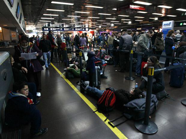 Passageiros no saguão do Aeroparque, em Buenos Aires, nesta quinta-feira - Crédito: Foto: Reuters