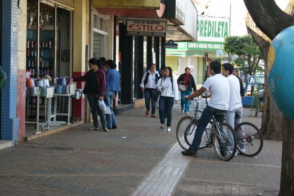 Em Dourados, é comum encontrar ciclistas andando sob as calçadas - Crédito: Foto: Hedio Fazan/PROGRESSO