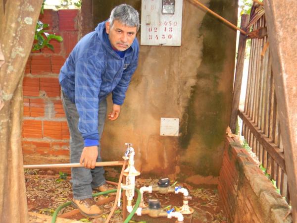 Vanderlei mostra sistema de água tratada em sua residência - Crédito: Foto: Assecom
