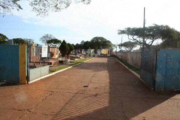Único portão aberto nos cemitérios municipais é o da Rua Coronel Ponciano - Crédito: Foto: Hedio Fazan/PROGRESSO