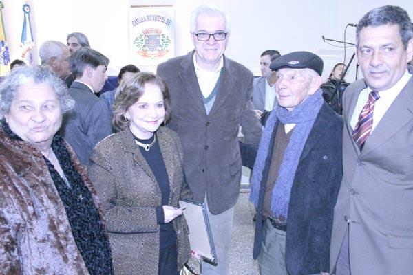 Esta colunista e Carlos Farnesi ladeados por Dona Rose, sr. Valter e ver. Cordeiro -