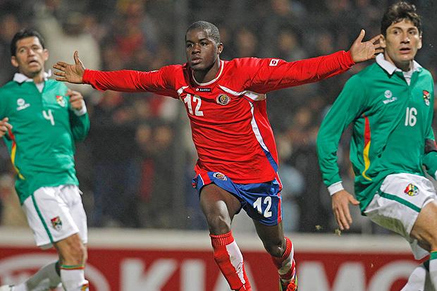 Joel Campbell corre para festejar o segundo gol da Costa Rica contra a Bolívia em Jujuy - Crédito: Foto: AP