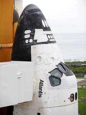 O ônibus espacial Atlantis aguarda o lançamento no Centro Espacial Kennedy - Crédito: Foto: AP