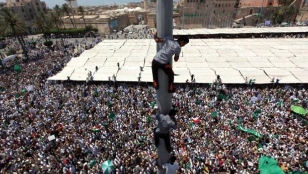 Partidários de Kadhafi se reúnem em praça da capital, Trípoli, nesta sexta-feira - Crédito: Foto: AP