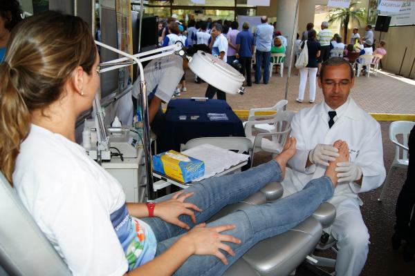 Ronald Mello durante atendimento a cliente: podologia é qualidade de vida - Crédito: Foto: Hédio Fazan/PROGRESSO