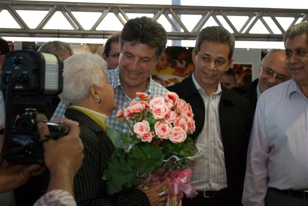 Prefeito Murilo Zauith com Arenil, mulher do homenageado Walter Brandão da Silva Foto: Assecom   -