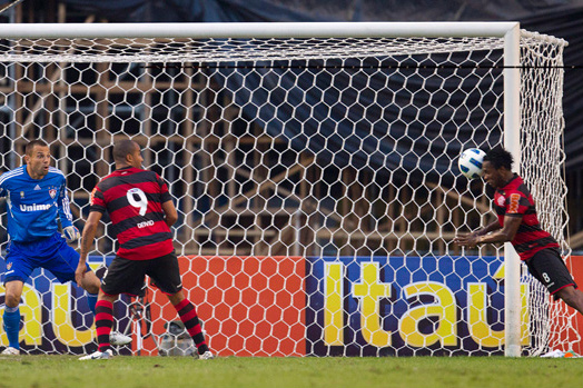 Willians mergulha para vencer Diego Cavalieri e marcar o gol da vitória - Crédito: Foto: Alexandre Cassiano / Globo