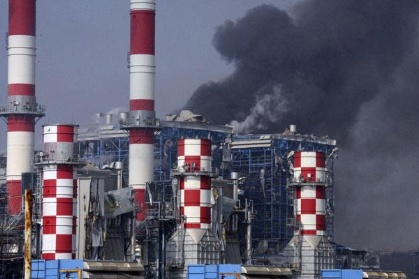 Fumaça é vista de estação de energia Mari, a principal da ilha de Chipre - Crédito: Foto: Philippos Christou/AP