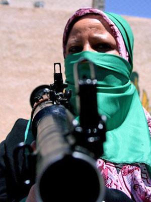Mulher do grupo de militantes leais ao ditador Muammar Kadhafi treina em Ghiryan  - Crédito: Foto: Mahmud Turkia/AFP