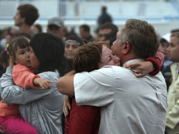 Sobrevivente do naufrágio é abraçado após o resgate, na cidade de Kazan - Crédito: Foto: AP
