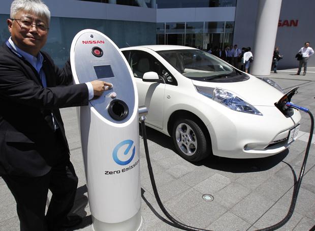 Engenheiro chefe da Nissan, Hidetoshi Kadota, mostra o novo sistema para recarregar carros elétricos - Crédito: Foto: Koji Sasahara/AP