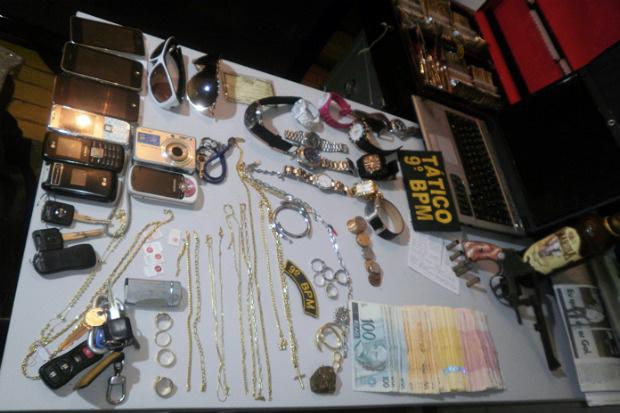 Polícia Militar recuperou jóias, dinheiro, notebook e bebidas Foto: Divulgação/PM) -