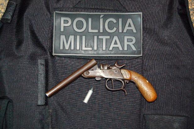 Arma apreendida com suspeito que estava escondido em cima de árvore em Itaporã - Crédito: Foto: Divulgação/PM