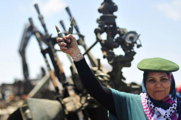 Mulher mostra munição durante treinamento com os rebeldes nesta segunda-feira - Crédito: Foto: Reuters