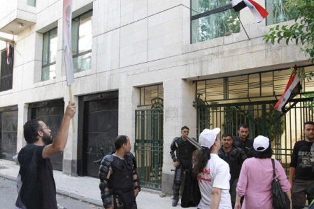 Manifestantes protestam em frente ao prédio da embaixada da França na Síria, em Damasco, nesta segunda-feira - Crédito: Foto: AP