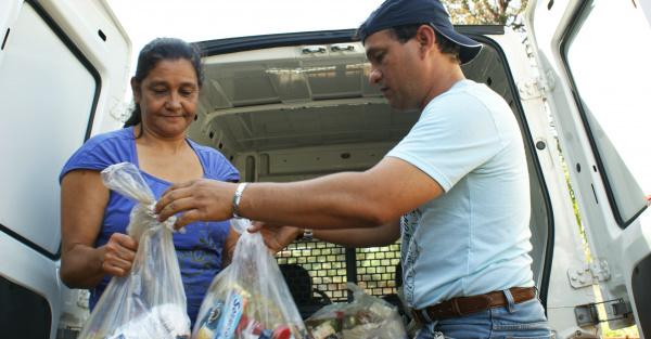 Moradores são surpreendidos com cestas de alimentos entregues por repórteres - Crédito: Foto: Valéria Araújo/PROGRESSO