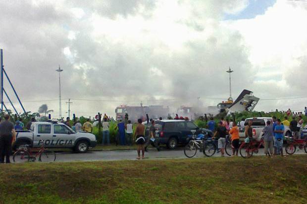 Avião caiu em terreno baldio no Recife - Crédito: Foto: Rodrigo Siqueira do Nascimento/VC no G1