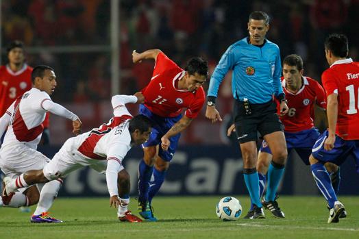 O árbitro brasileiro Sálvio Fagundes Filho expulsou dois jogadores na partida em Mendoza - Crédito: Foto: AP