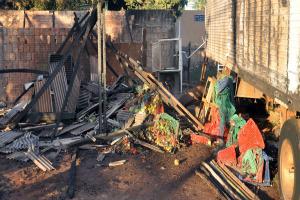 Caixotes foram destruídos e caminhão danificado  - Crédito: Foto: Tawany Marry/G1 MS