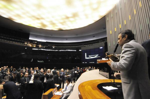 Senador Aécio Neves discursa durante sessão em que foi aprovada a LDO ontem - Crédito: Foto: Geraldo Magela – Agência Senado