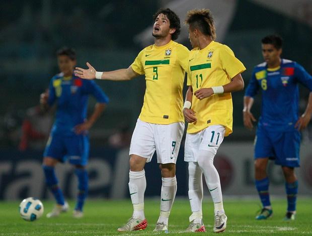Pato e Neymar brilharam e garantiram o primeiro lugar para o Brasil no Grupo B - Crédito: Foto: AP