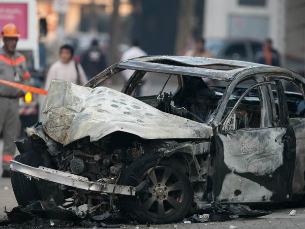 Mercedes-Benz ficou totalmente destruído - Crédito: Foto: Mario Ângelo/SigmaPress/Agência Estado