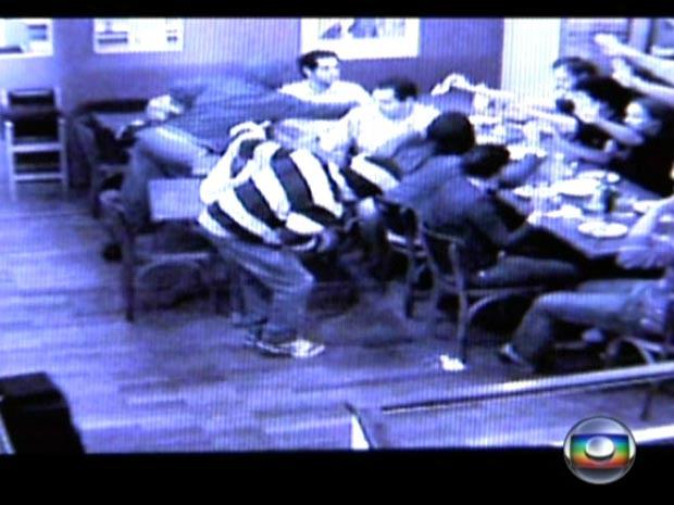 Criminosos recolhem dinheiro dos clientes do Empório Alto dos Pinheiros - Crédito: Foto: Reprodução/TV Globo