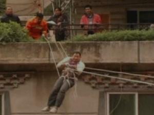 Pessoas tiveram que usar cordas para sair de edifícios que foram ilhados pela enchente - Crédito: Foto: BBC