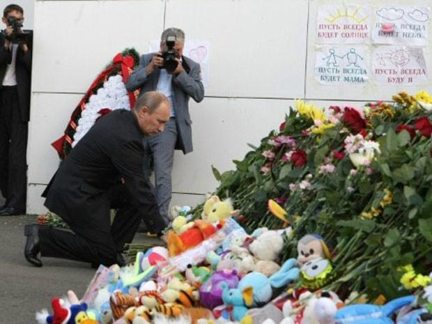 O primeiro-ministro russo, Vladimir Putin, deposita flores em meio a homenagens às vítimas do naufrágio, nesta quinta - Crédito: Foto: AFP