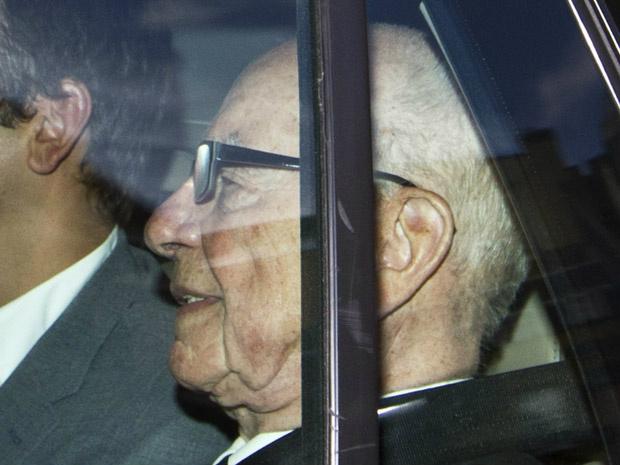 O magnata da mídia Rupert Murdoch deixa sua residência em Londres, de carro, nesta quinta-feira - Crédito: Foto: AP