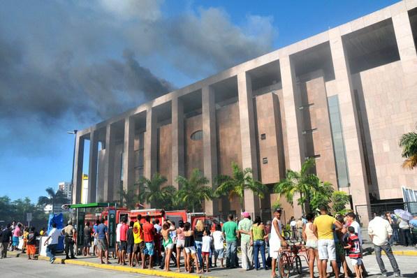 Incêndio atingiu prédio do fórum Rodolfo Aureliano, no Jardim Bezerra, no Recife - Crédito: Foto: Aldo Carneiro/AE