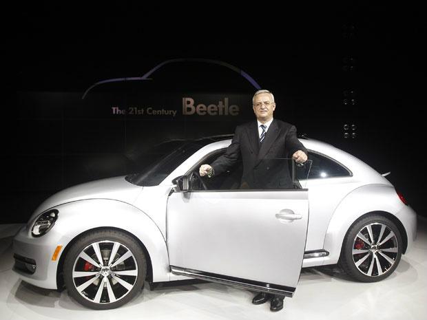 CEO da Volkswagen Martin Winterkorn mostra o novo Beetle em Berlim - Crédito: Foto: Reuters