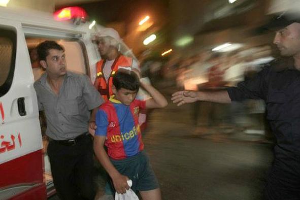 Garoto ferido em ataque noturno chega à emergência de um hospital na Cidade de Gaza durante a madrugada - Crédito: Foto: AFP