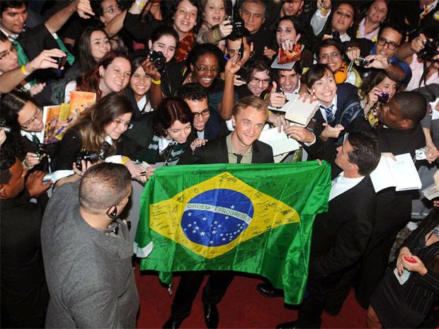 O ator Tom Felton segura bandeira brasileira na chegada ao Morro da Urca - Crédito: Foto: Alexandre Durão/G1