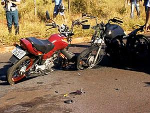 Motociclista tentou fazer ultrapassagem e colidiu de frente com moto. - Crédito: Foto: Reprodução/TV Morena