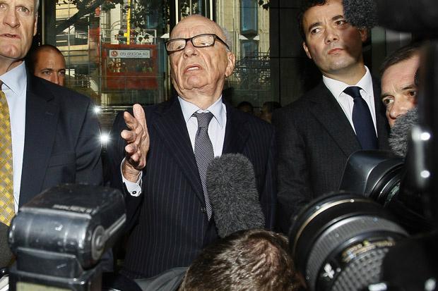 Rupert Murdoch tenta falar a jornalistas após reunião com os pais e a irmã de Milly Dowler nesta sexta-feira - Crédito: Foto: AP
